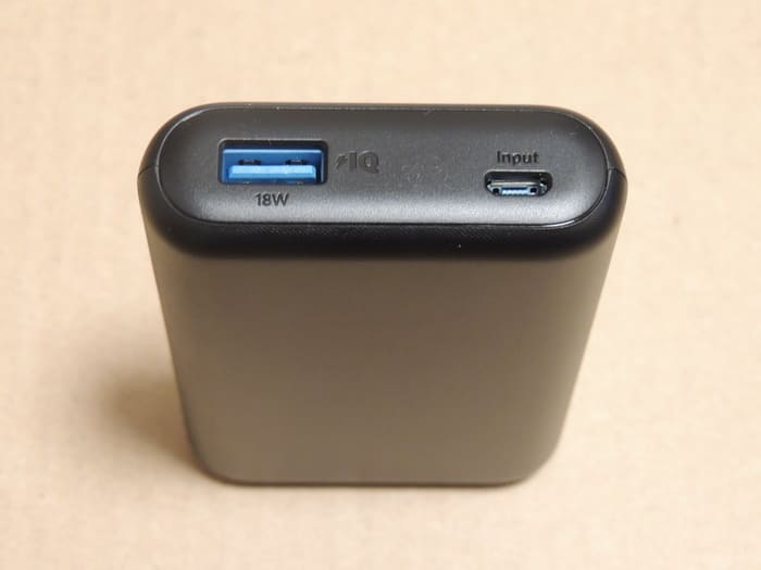 付属のUSBケーブルで充電ができます。