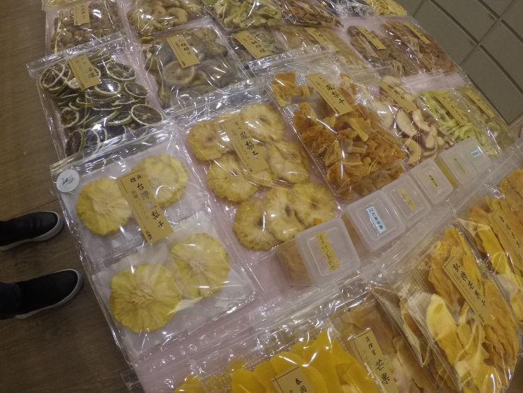 迪化街の『紅海堂』ではパイナップルやキウイなどさまざまな種類のドライフルーツを売っています。