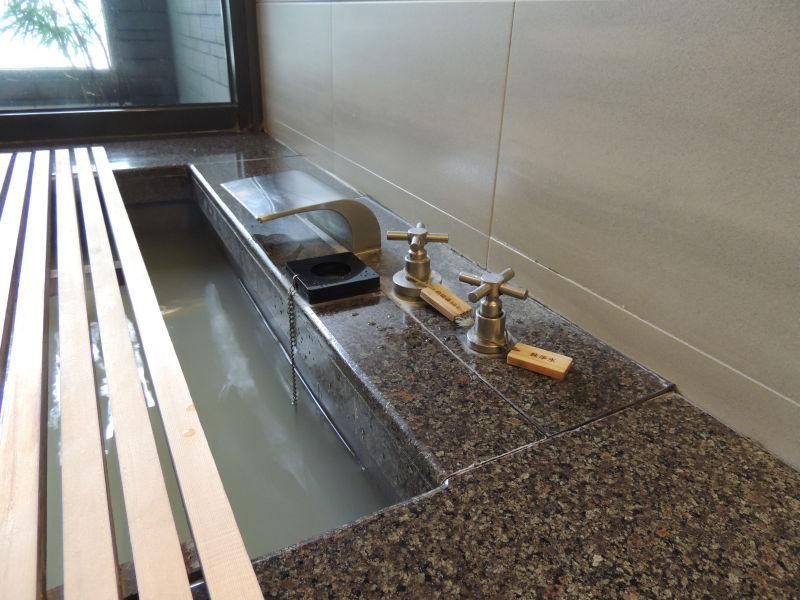 個室温泉の蛇口をひねると白湯がでてきます。