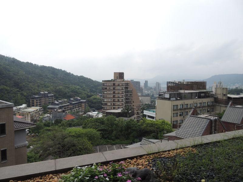 レストラン「雍翠庭」の窓側の席からの眺めは他のホテルが見えて微妙でした。