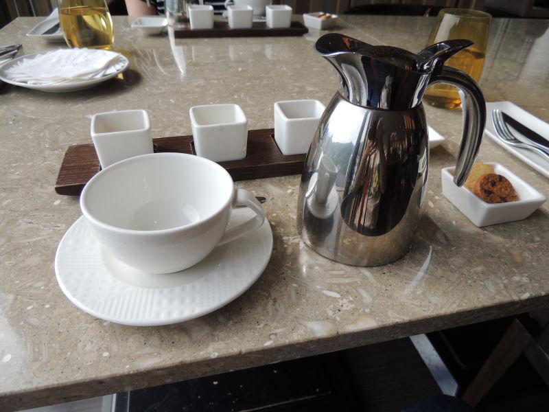 グランドビューリゾート北投のアフタヌーンティーの紅茶セットが運ばれてきた。