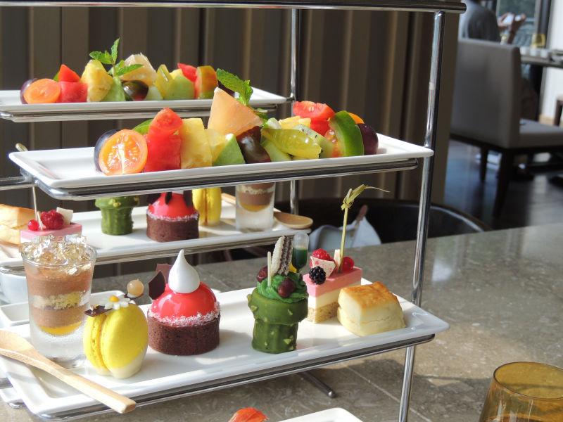 アフタヌーンティーは紅茶やコーヒーを飲みながらフルーツ、スイーツ、サラダなどが楽しめます。