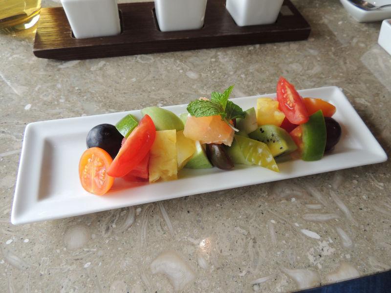 アフタヌーンティーにはパイナップルやキウイ、グレープフルーツなどたくさんのフルーツがありました。