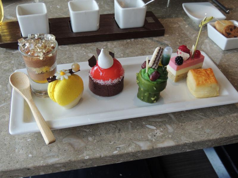 アフタヌーンティーのスイーツはチョコムースやマカロンやケーキなど色鮮やかなものがたくさんありました。