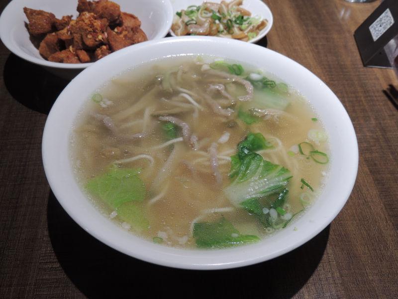 搾菜肉湯麺は細切れのロース肉、ザーサイや野菜などが入っています。