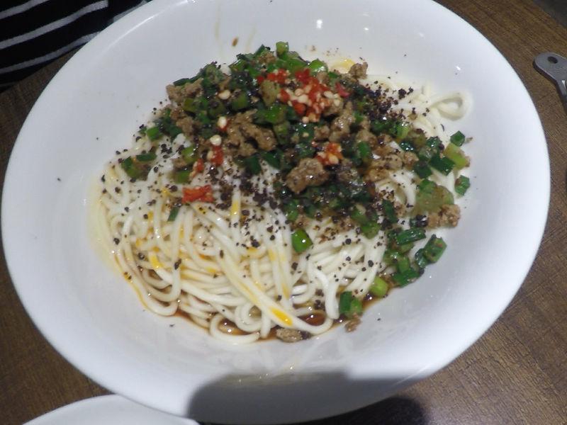 蒼蠅頭拌麵は、豚ひき肉とニラや発酵させて黒大豆に唐辛子などが麺にのっています。