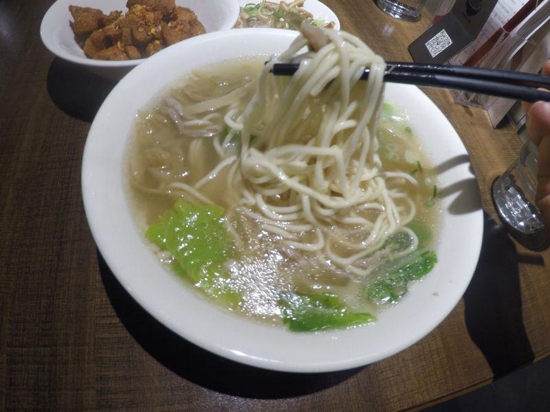 搾菜肉湯麺に使われている面はストレート麺でツルツル、シコシコの食感。