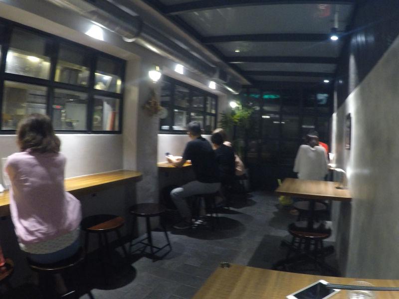 KiKi麵 Noodle Barはカウンター席がたくさんあるのでおひとり様でも利用しやすいです。