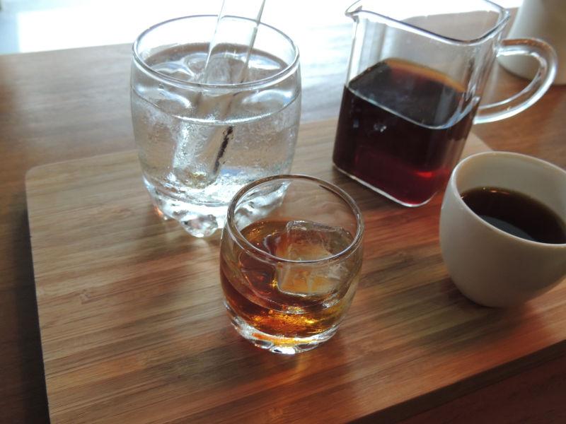 冷やしたあとは小さいガラスのグラスに注いで飲みます。