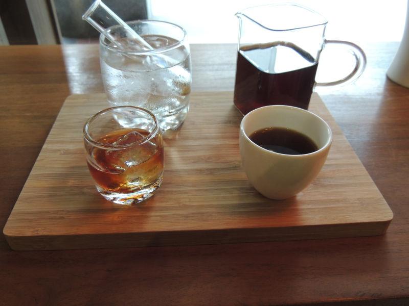 森高砂珈琲のコーヒーを注文すると、ホットコーヒーと供に試験管に入ったアイスコーヒーが添えられて提供されます。