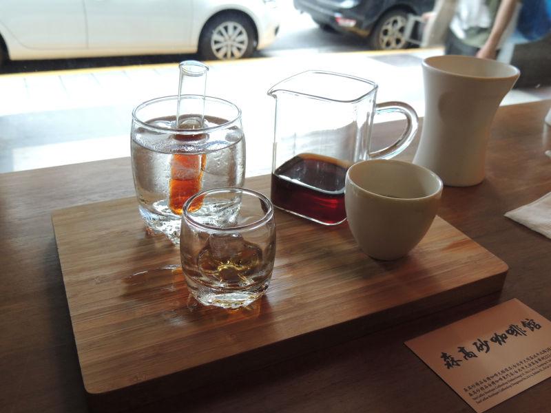 氷水に入ったグラスにコーヒーを入れて、くるくる回して中のコーヒーを冷やして飲みます。