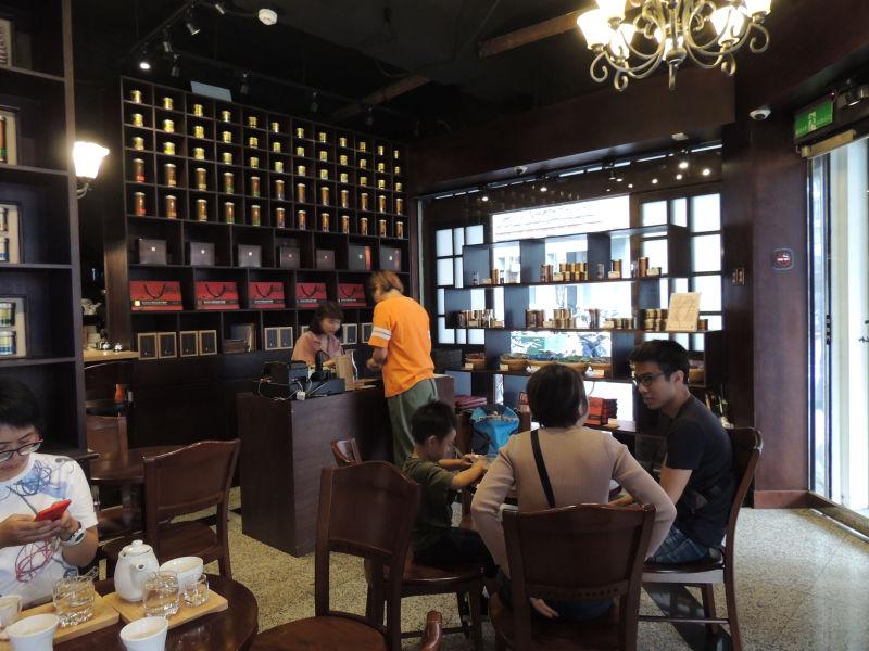 森高砂珈琲の店内。クラシカルな雰囲気で落ち着きがあります。ゆっくりと珈琲を楽しむための空間です。