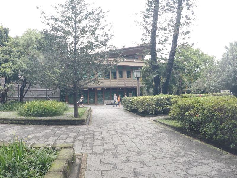 北投公園の敷地内に立つ「台北市立図書館北投分館」地上3階建ての木造建築で周囲の緑と調和した美しい建築物です。