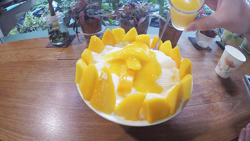 ゴーマンマンゴーのマンゴーファン。マンゴーがお皿をぐるりと一周してまるでシュリンプカクテルみたいです。