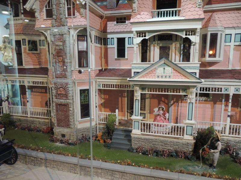 ローズマンションは1900年頃にロサンゼルスにあった家を再現したミニチュワです