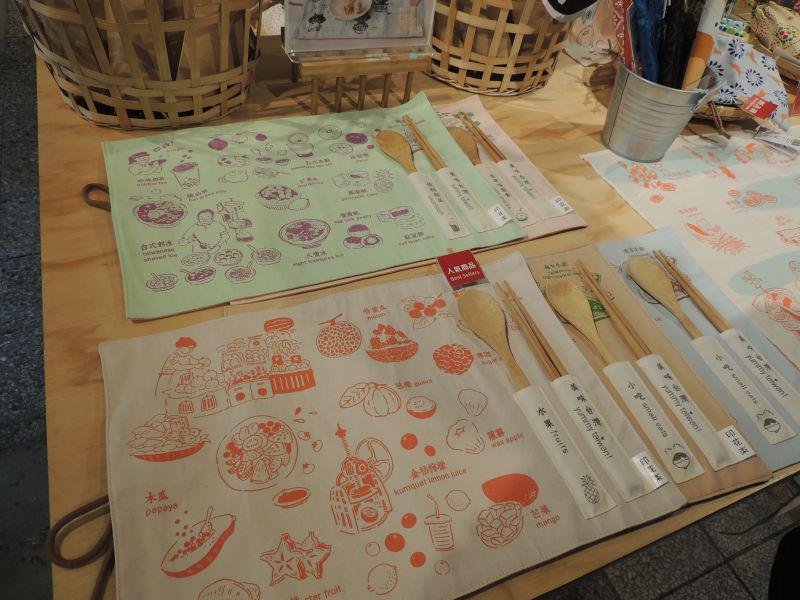 台湾の美食やフルーツなどのイラストが書かれたランチョンマット