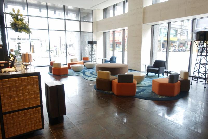 1階のロビーにはソファーエリアがあるので休憩も可能。