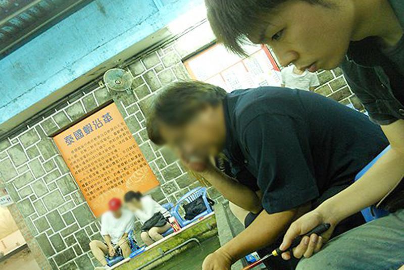 台湾人のおじさまにエビの釣り方を教えてもらった。弟子と師匠の関係みたいな感じである。